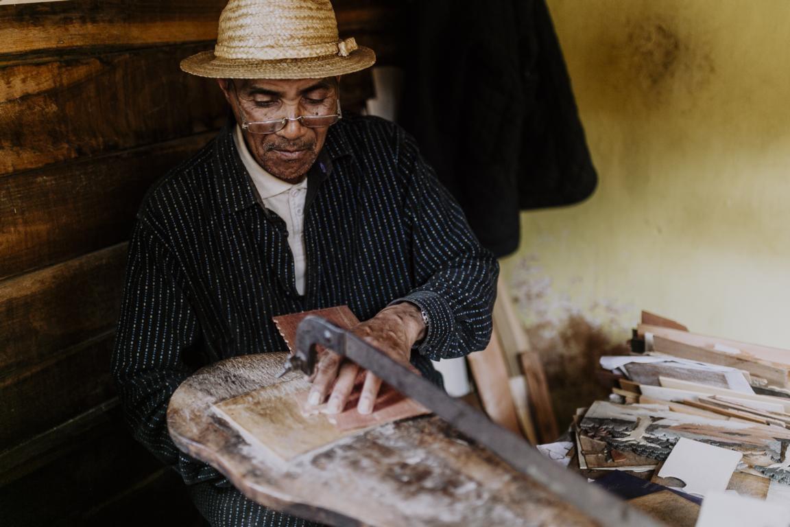 Holzschnitzerei in Antoetra auf Madagaskar bei der Orchideen-Rundreise